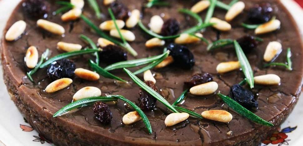 'Castagnaccio': a typical Italian autumn cake